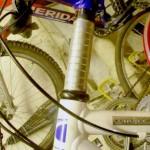 необходимость заметно поднять руль у велосипеда
