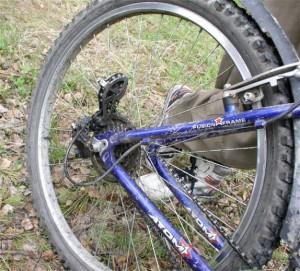 под задним колесом палка попала в спицы