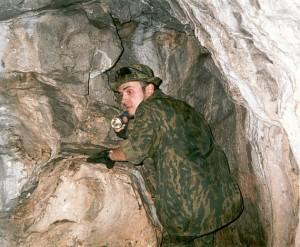 Пещера Дружба - темный провал входа