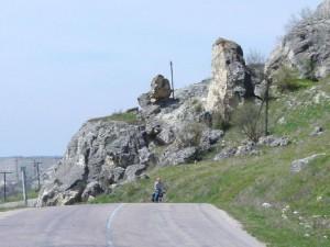 Дорога постоянно идет вверх - каменистая, ухабистая, с неровными колеями